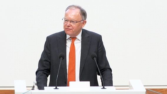 Prime Minister Stephan Weil (SPD) gives a government statement in the Lower Saxony state parliament.  © NDR