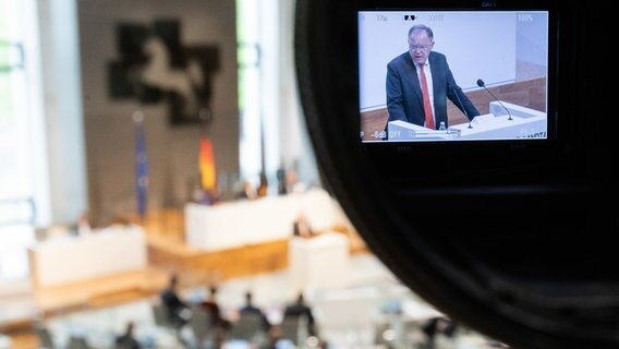 Prime Minister Stephan Weil (SPD) gives a government statement in the Lower Saxony state parliament.  © dpa-Bildfunk Photo: Julian Stratenschulte