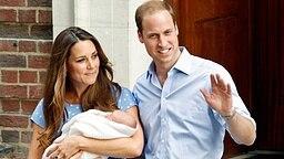 Herzogin Kate trägt in Begleitung von Prinz William ihren Sohn auf dem Arm.  © dpa - Bildfunk Fotograf: Tal Cohen
