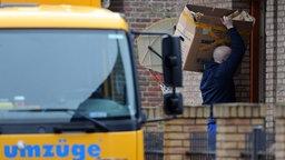 Ein Umzugswagen steht vor dem Wohnhaus der Familie Wulff in Burgwedel (Region Hannover) und wird von Möbelpackern entladen.   © dpa-Bildfunk Foto: Peter Steffen