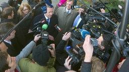 Christian Wulff steht von Reportern umzingelt vor dem Landgericht. © dpa-Bildfunk Foto: Christoph Schmidt