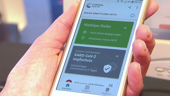 Ein digitaler Impfnachweis auf einem Smartphone. © NDR