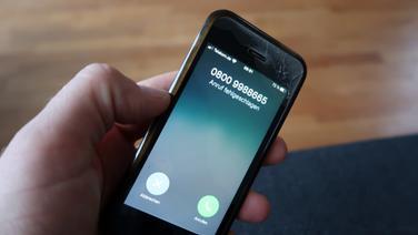 """Auf einem Smartphone-Display steht """"Anruf fehlgeschlagen"""". © NDR Foto: Sven Glagow"""