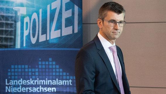 Friedo de Vries (Präsident Landeskriminalamt (LKA) Niedersachsen) bei einer Pressekonferenz. © dpa Bildfunk Foto: Julian Stratenschule