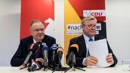 Stephan Weil und Bernd Althusmann in der Pressekonferenz zur Großen Koalition. © dpa - Bildfunk Fotograf: Peter Steffen