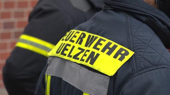 """Eine Feuerwehrjacke mit der Aufschrift """"Feuerwehr Uelzen"""". © NDR"""