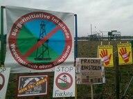 Mehrere Anti-Fracking Schilder stehen auf einem Feld. © NDR.de Fotograf: Joachim Reinshagen