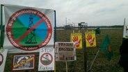 Mehrere Anti-Fracking Schilder stehen auf einem Feld. © NDR.de Foto: Joachim Reinshagen