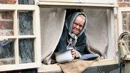 Eine alte Frau guckt aus einem Fenster. © NDR/ Martin Hutcheson Fotograf: Martin Hutcheson