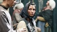 Ein Mann hält eine mittelalterlich gekleidete Frau an den Schultern fest. © NDR/ Martin Hutcheson Fotograf: Martin Hutcheson