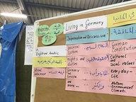 Informationen zum Leben in Deutschland hängen auf Englisch uind Arabisch in einer Flüchtlingsunterkunft in Celle aus. © NDR Foto: Bertil Starke