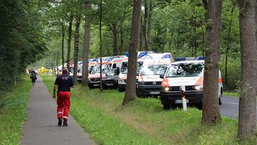 Zahlreiche Rettungswagen stehen aufgereiht in einer Allee. © Kreisfeuerwehr Harburg Fotograf: Matthias Köhlbrandt