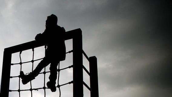 Ein Kind spielt auf einem Klettergerüst. © dpa - Bildfunk Foto: Julian Stratenschulte