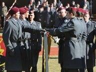Mit der Hand auf der Bundesflagge legen Rekruten in der Panzertruppenschule in Munster das letzte Gelöbnis von Wehrpflichtigen ab. © dpa - Bildfunk Fotograf: Holger Hollemann
