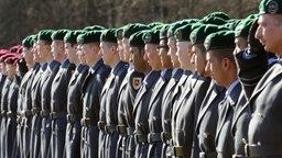 Rekruten der 5. Kompanie des Panzergrenadierlehrbataillons 92 aus Munster sind zum Feierlichen Gelöbnis angetreten. © dpa - Bildfunk Foto: Holger Hollemann