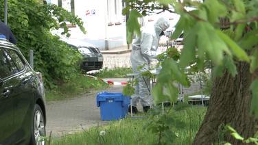 Einsatzkräfte stehen an einem Tatort. | TeleNewsNetwork