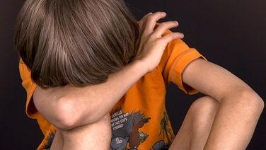 Junge versteckt sein Gesicht © imago stock&people
