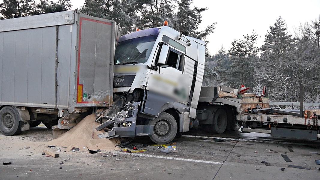 unfall mit vier lastwagen lkw fahrer stirbt nachrichten niedersachsen oldenburg. Black Bedroom Furniture Sets. Home Design Ideas
