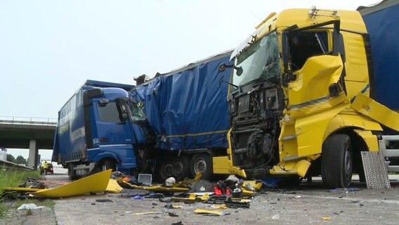 Sperrung der Autobahn 1 bei Arsten nach schwerem Unfall