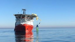 """Das Spezialschiff zur Bergung von Containern """"Atlantic Tonjer"""" zieht einen Container aus der Nordsee. © NDR Foto: Olaf Kretschmer"""