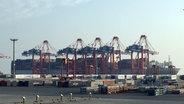 Die OOCL Germany liegt im Jade Weser Port in Wilhelmshaven.  Foto: Jutta Przygoda