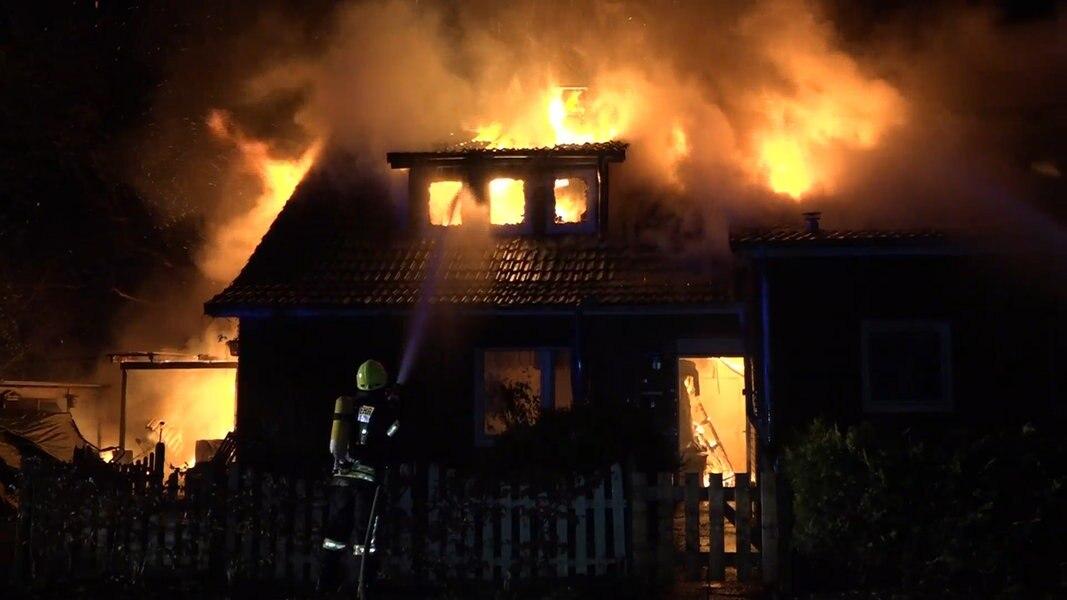 doppelhaus in detern brennt komplett ab nachrichten niedersachsen oldenburg. Black Bedroom Furniture Sets. Home Design Ideas