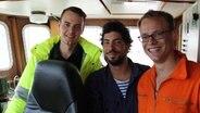 Jakob Schoen, Vorsitzender des Vereins Jugend Rettet, erster Offizier Arne Dohmes und Titus Molkenbur, Koordinator für den Schiffsumbau. © NDR Fotograf: Frank Jakobs