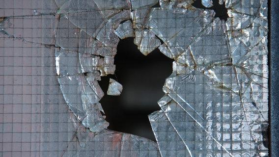 Ein gesprungenes Fenster. © NDR Online Foto: Becker / Jessica