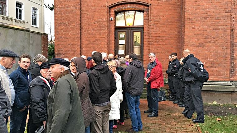 Vor dem Amtsgericht in Verden stehen Menschen die demonstrieren. © NDR Fotograf: Frank Jakobs