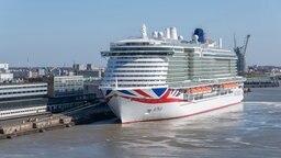 """Das Kreuzfahrtschiff """"Iona"""" liegt in einem Hafen. © Meyer-Werft Foto: Marc Petrikowski"""