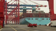 "Das Containerschiff ""Morten Maersk"" liegt im JadeWeserPort. © NDR Foto: Olaf Kretschmer"