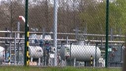 Mehrere Gas-Behälter stehen auf einem eingezäunten Gelände. © TeleNewsNetwork