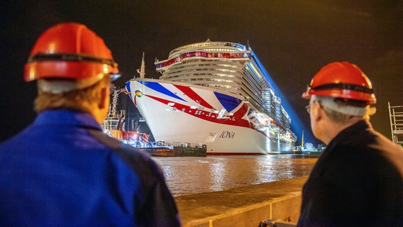"""Das Kreuzfahrtschiff """"Iona"""" an der Dockschleuse. © Meyer Werft Foto: David Hecker von Aschwege"""