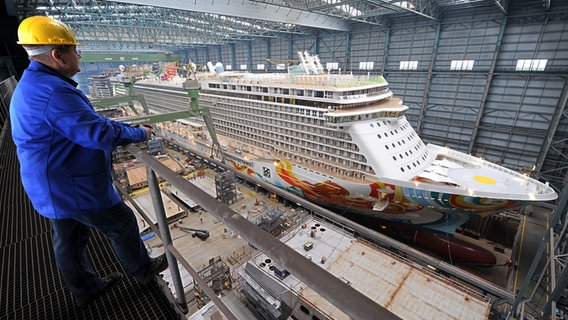 Die Norwegian Getaway liegt im Dock der Meyer-Werft in Papenburg. © Picture Alliance Foto: Ingo Wagner