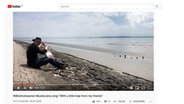 Ein Screenshot von einem Musikvideo aus Wilhelmshaven. Ein Musiker sitzt am Wasser. © Screenshot Youtube-Video Wilhelmshaven Touristik & Freizeit GmbH Foto: Screenshot Youtube-Video Wilhelmshaven Touristik & Freizeit GmbH