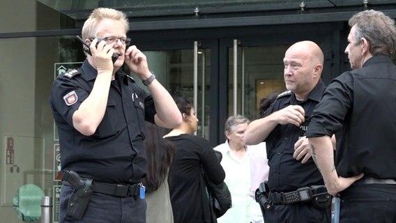 Schlossplatz in Oldenburg abgesperrt | Herrenloser Koffer löst Bomben-Alarm aus