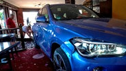 Parkunfall: Frau fährt mit Auto in Gaststätte
