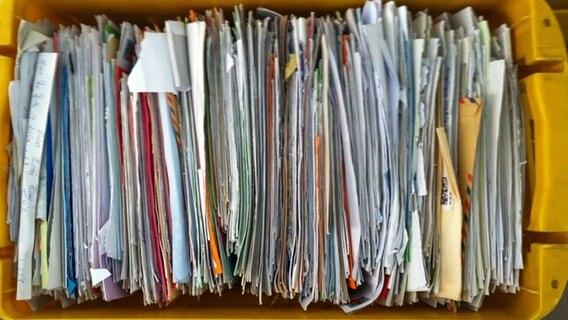 Zusteller wirft Hunderte Briefe in die Feldmark