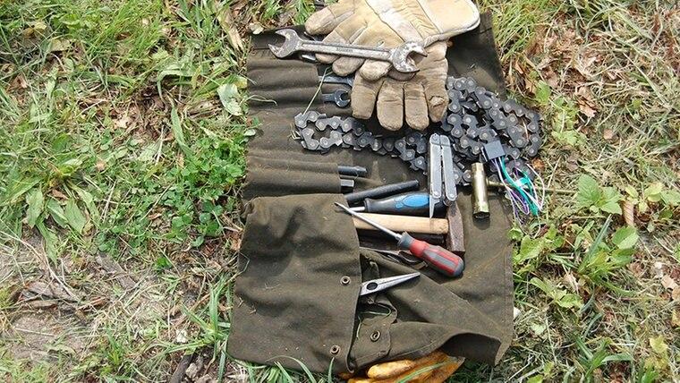 Die Werkzeugtasche eines Sägenliebhabers mit Handschuhen, Schraubenschlüsseln und Ersatzketten. © NDR Fotograf: Carsten Valk