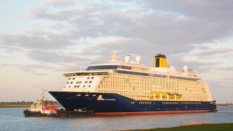 """Das Kreuzfahrtschiff """"Spirit of Discovery"""" fährt am frühen Morgen über die Ems. © dpa-Bildfunk Foto: Moritz Frankenberg"""
