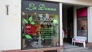 """Das Tattoo-Studio """"La Donna"""" ist von außen zu sehen. © NDR Fotograf: Oliver Gressieker"""