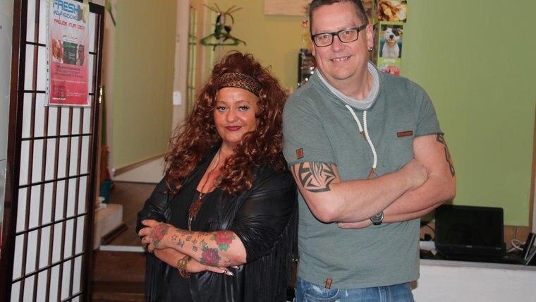 TattooStudio-Inhaberin Michaela Otholt und Theologe Björn Völker stehen gegeneinandergelehnt im Studio und blicken in die Kamera. © NDR Fotograf: Oliver Gressieker