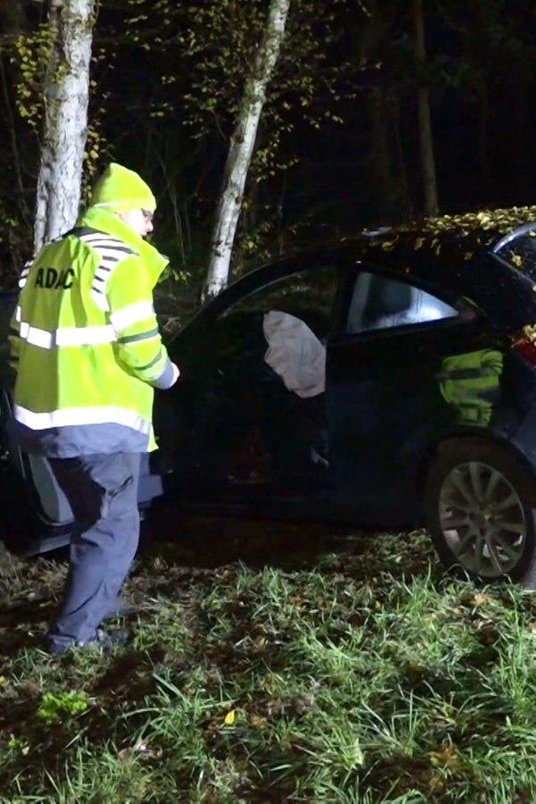 B72 bei Friesoythe: Auto prallt frontal gegen Baum - NDR.de