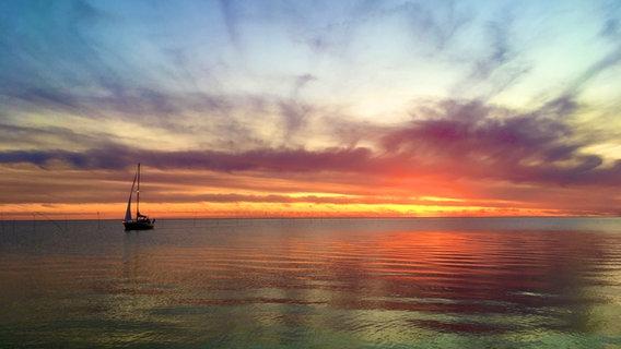Ein Segelboot bei Sonnenuntergang an der Wurster Nordseeküste bei Cuxhaven © NDR Foto: Carsten Riemer