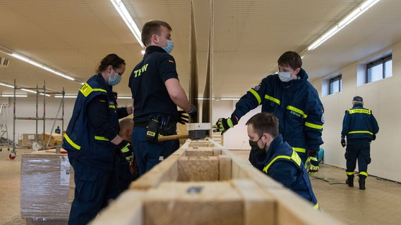 Numerous workers are expanding a supermarket in Wilhelmshaven into a corona vaccine center.  © dpa-Bildfunk Photo: Lennart Stock