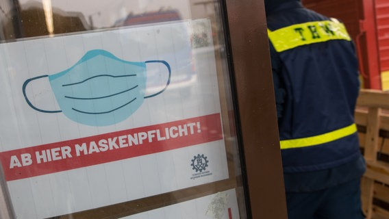 A sign at a supermarket entrance in Wilhelmshaven indicates that a mask is required.  © dpa-Bildfunk Photo: Lennart Stock