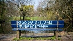 """Delmenhorst: """"Ruhe in Frieden"""" steht im Gedenken an einen verstorbenen 19-Jährigen auf einer Bank im Wollepark. © dpa-bildfunk Foto: Sina Schuldt"""
