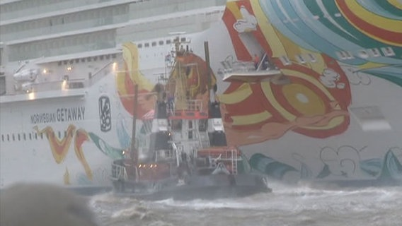Ein Schlepper dockt an die Norwegian Getaway an. © NonStopNews Foto: NonStopNews