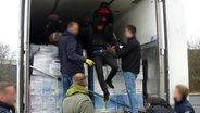 Die Bundespolizei befreit neun Flüchtlinge aus einem Kühllastwagen. © Bundespolizeiinspektion Bad Bentheim