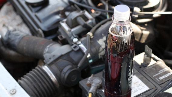 Polizei löscht Autobrand mit Cola und Apfelsaft